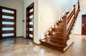 merancang-tangga-rumah-yang-aman-696x458