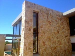 batu-alam-untuk-dinding-luar-rumah-tropis-4