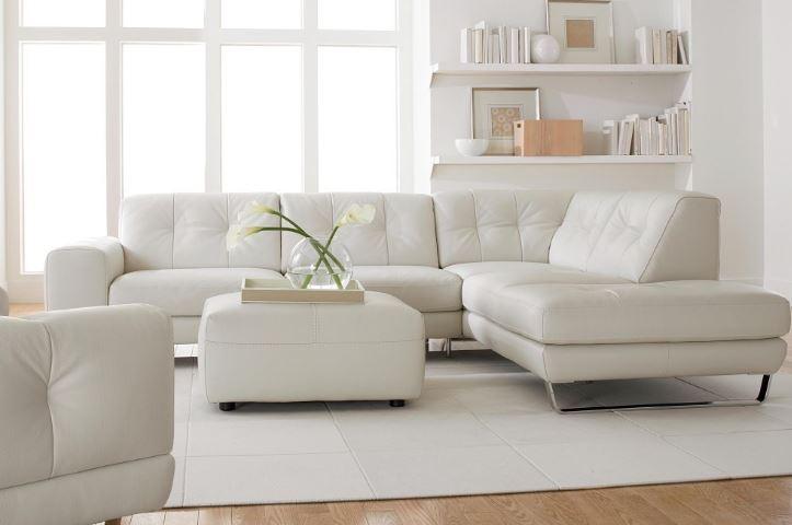 Furnitur Putih Di Ruang Lapang